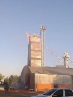Silo foi destruído pelo fogo (Foto: Reprodução / TV TEM)