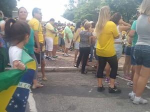 Crianças também participam de ato em praça de Itu (Foto: Juliana Furio/ TV TEM)