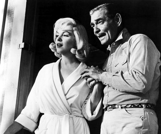Marilyn com Clarke Gable nos bastidores de 'Os desajustados' (Foto:  Divulgação)