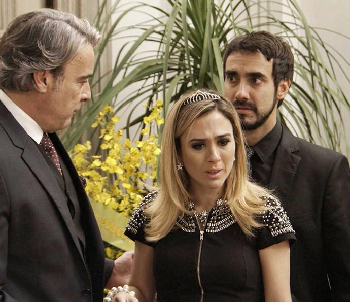 Fedora não acredita que o dedo da mãe está em um mini caixão (Foto: TV Globo)