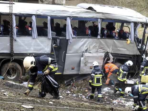 Ônibus transportava jovens russos para Paris neste domingo (14) quando colidiu com uma barreira e caiu de um viaduto na Bélgica (Foto: AFP PHOTO / BELGA / NICOLAS MAETERLINCK)