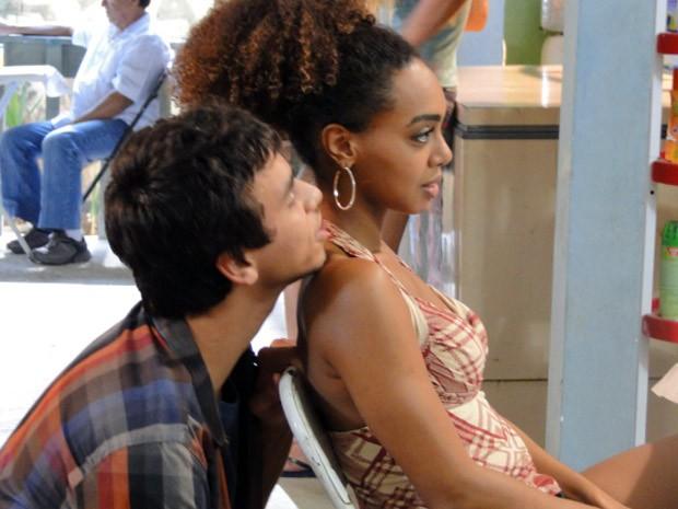 O pagodeiro fala no pé-do-ouvido na dançarina e diz que vai lutar por ela (Foto: Malhação / Tv Globo)