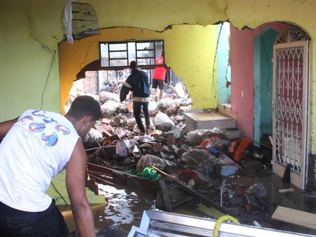 Interior de uma casa acumulou entulhos arrastados pela água após o vazamento de uma adutora na Estrada do Mendanha, em Campo Grande (Foto: Jadson Marques/Estadão Conteúdo)