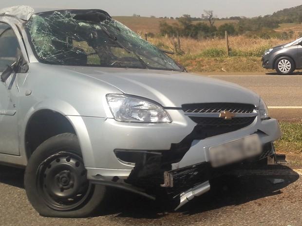 Carro capotou no canteiro central após pneu furar (Foto: Maria Eliza Rosa/ TV TEM)
