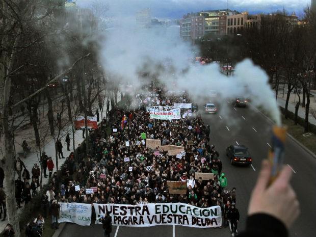 Estudantes protestam contra medidas de austeridade nesta quintafeira (14) em Madri (Foto: Andres Kudacki / AP Photo)