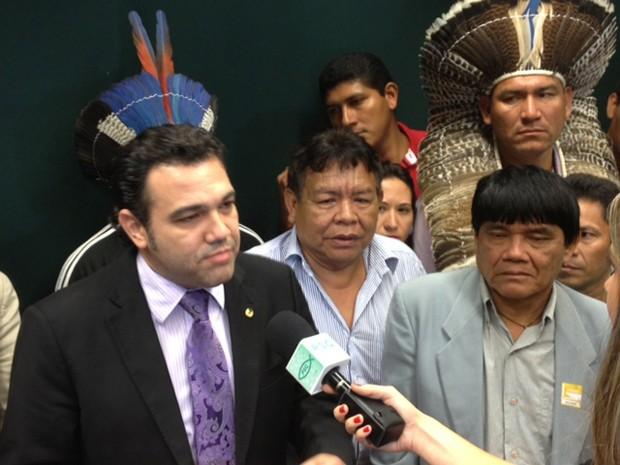 Feliciano com índios após sessão da Comissão de Direitos Humanos (Foto: Fabiano Costa / G1)