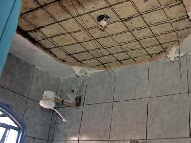 Laje e ferros estão expostos em banheiro, próximos à fiação elétrica (Foto: TV Globo/Reprodução)
