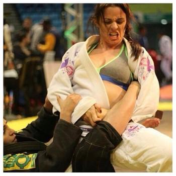 Anne Ferreira, atleta de MMA de Salgueiro em ação no Jiu jitsu (Foto: Anne Ferreira/Arquivo Pessoal)