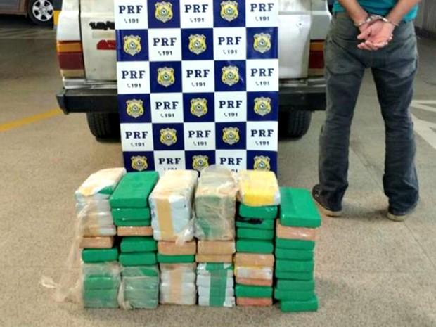 Homem foi preso com mais de 65 quilos de cocaína na manhã deste sábado (24) na BR-364 (Foto: Divulgação/PRF-AC)