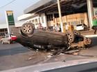 Motoristas capotam carros em duas avenidas da Grande Cuiabá