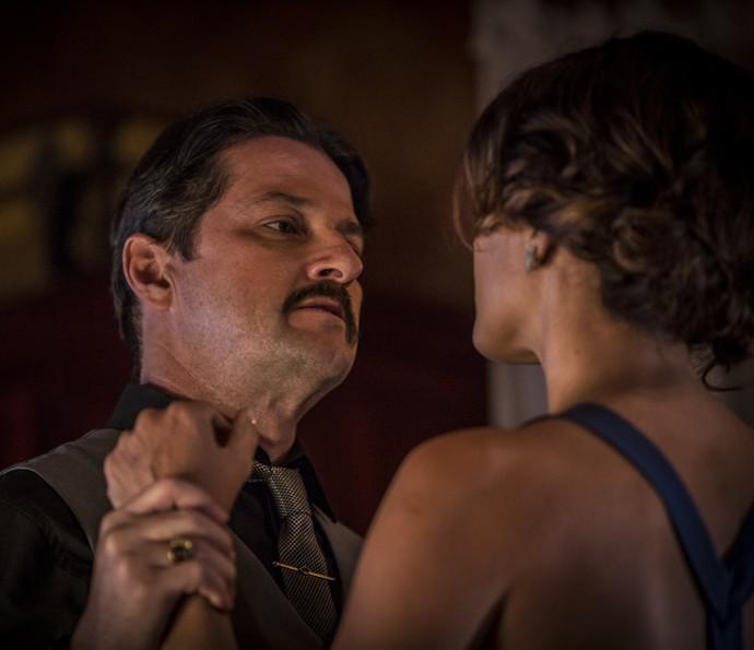 Carlos ameaça a esposa (Foto: Inácio Moraes/Gshow)