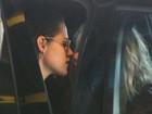 Kristen Stewart e Stella Maxwell trocam beijo em aeroporto