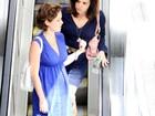 De vestidinho,  Bruna Di Tullio almoça com amiga em shopping