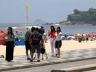 Mônica Martelli grava entrevista na orla do Leblon, no Rio