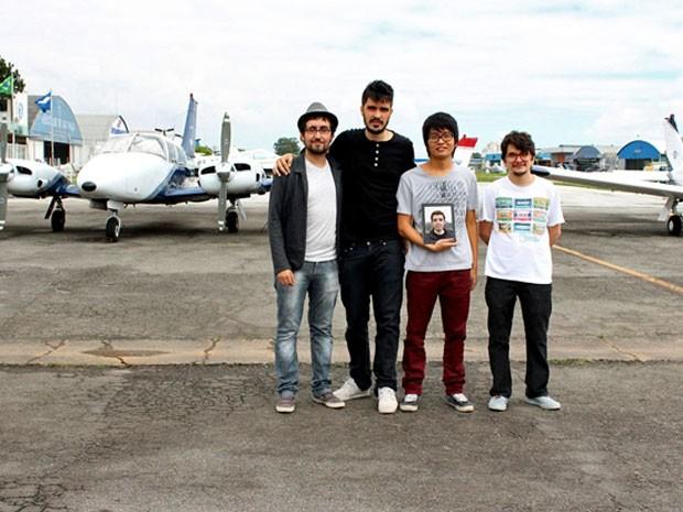 Caio, Adriano, Leonardo (com a foto do Henrique no iPad) e Marcos (Foto: Divulgação)