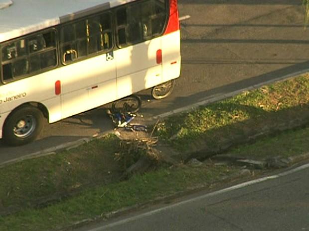Bicicleta ficou debaixo do ônibus na Avenida das Américas (Foto: Reprodução / TV Globo)