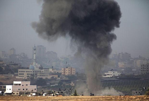 Imagem mostra fumaça após ataque aéreo israelense contra o território palestino neste sábado (17) (Foto: AFP)