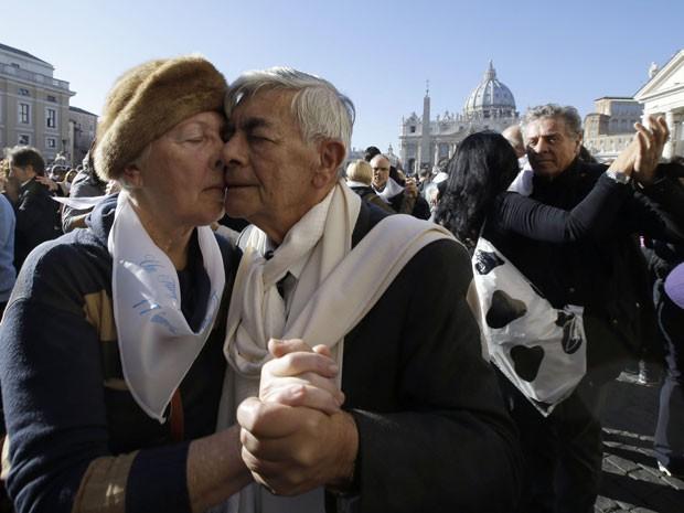 Este casal caprichou no tango em homenagem ao Papa Francisco (Foto: Gregorio Borgia/AP)