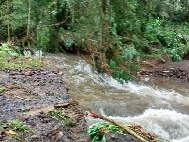 Em Lauro Mullher, rio mudou de curso; pousada está isolada (Foto: Defesa Civil/Divulgação)