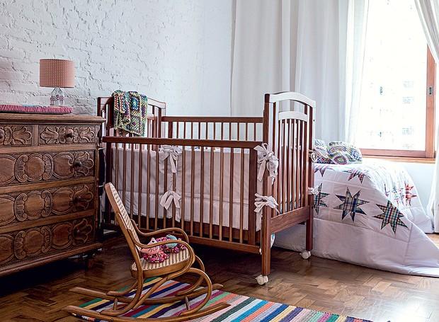 Ladeado por uma cama, o berço, da Per Bambini, com enxoval da Panaceia, é o centro das atenções. A cômoda entalhada é de família, e a pequena poltrona de balanço pertenceu ao arquiteto. Cortinas da Donatelli (Foto: Lufe Gomes/Editora Globo)