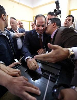 O ex-comandante do exército dpo Egito, Abdel Fatah al-Sisi, deposita seu voto durante a eleição presidencial desta segunda-feira (26, Ele é o favorito para vencer (Foto: AFP)