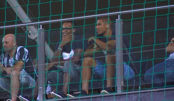 Ao lado de Leonardo Silva, atacante Jô assiste à partida entre Atlético-MG e Vitória, no Independência (Foto: Reprodução/Premiere)