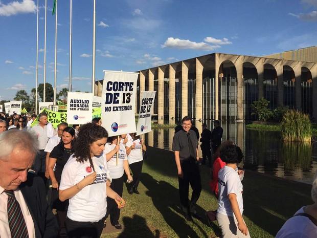 Com placas, servidores do Ministério das Relações Exteriores protestam na tarde desta quinta-feira (23) contra atrasos no pagamento do auxílio moradia e corte do 13º salário para os que moram no exterior (Foto: Alexandre Bastos/G1)