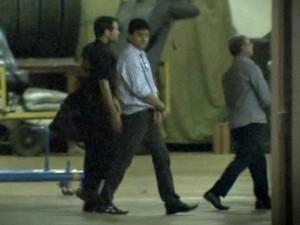 O ex-secretário Éder Moraes e o deputado estadual José Riva algemados após prisão durante a operação Ararath. (Foto: Reprodução / TVCA)