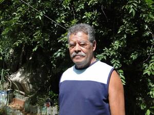 Francisco de Oliveira Maia dá bom exemplo e ajuda a prevenir a dengue (Foto: Flávia Cristini/G1)