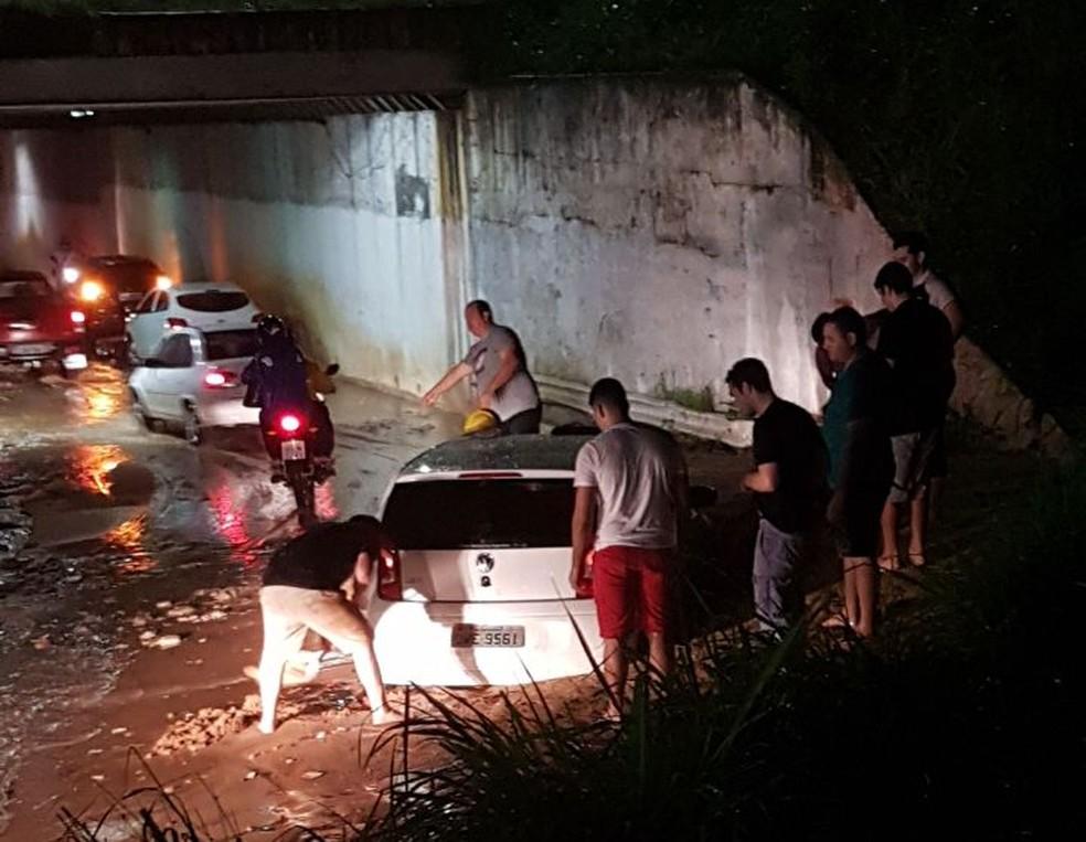 Terra cedeu e carro ficou parcialmente soterrado em Natal (Foto: Divulgação/PM )