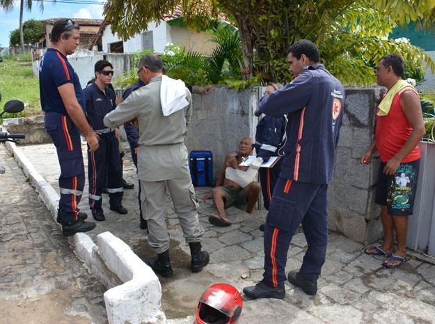 Tampa de fossa sanitária cedeu e idoso caiu, machucando o ombro, em João Pessoa (Foto: Walter Paparazzo/G1)