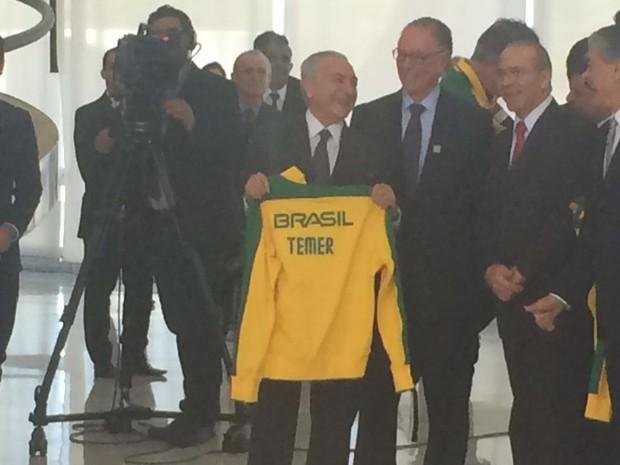 Temer recebeu casaco da equipe brasileira com seu nome gravado (Foto: Filipe Matoso/G1)