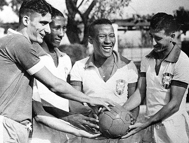Pinga, Djalma Santos, Rubens  e Julinho Botelho na seleção brasileira (Foto: agência Gazeta Press)