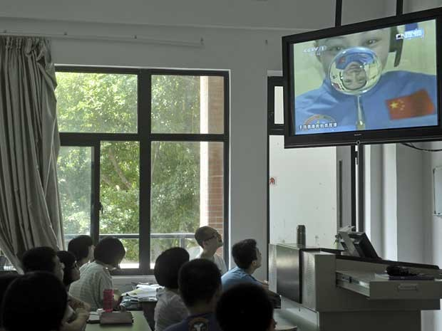 Wang Yaping explica aos um dos fenômenos que ocorrem no espaço.  (Foto: CCTV / AP Photo )