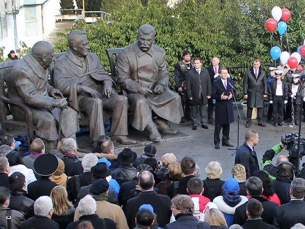 Porta-voz do parlamento russo fala em cerimônia de Inauguração do monumento 'Os Três Grandes' nesta quinta-feira (5) em Yalta (Foto: AFP PHOTO / YURI LASHOV)