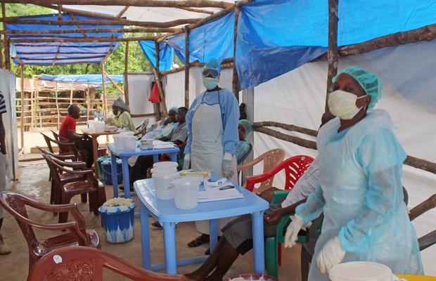 Tenda médica criada para atender pacientes com ebola em Kenema, Serra Leoa (Foto: Youssouf Bah/AP)