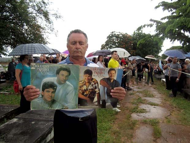 O autônomo Fernando Pereira de Carvalho foi ao enterro de Chico Rey com LPs do músico em dupla com o irmão Paraná (Foto: Alexandre Bastos/G1)