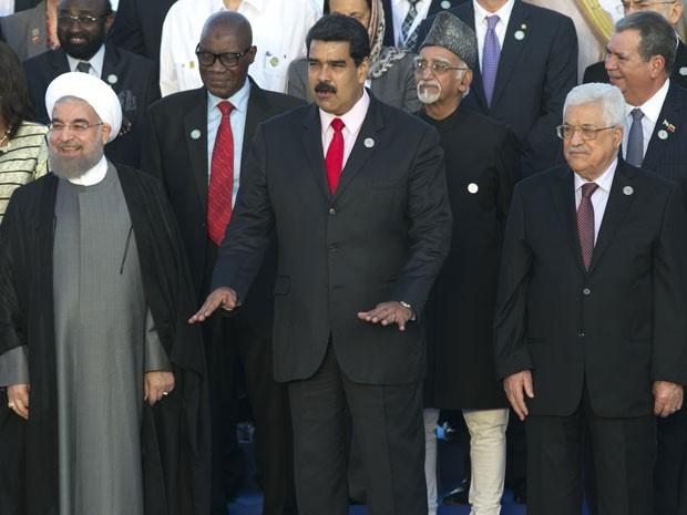 Na primeira fila, a partir da esquerda: o presidente do Irã, Hassan Rouhani; o presidente da Venezuela, Nicolas Maduro; e o presidente da Palestina, Mahmoud Abbas, na 17ª Cúpula do Movimento dos Países Não Alinhados (NAM) em Isla Margarita, neste sábado (17) (Foto: Ariana Cubillos/AP)