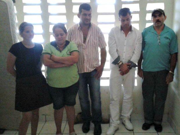 Falso médico (de branco) e mais quatro pessoas foram presas em Sena Madureira (Foto: Divulgação Polícia Civil)