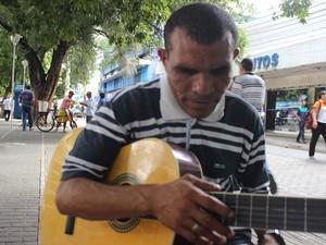 Músico tem o sonho de conhecer o cantor Amado Batista (Foto: Catarina Costa / G1)
