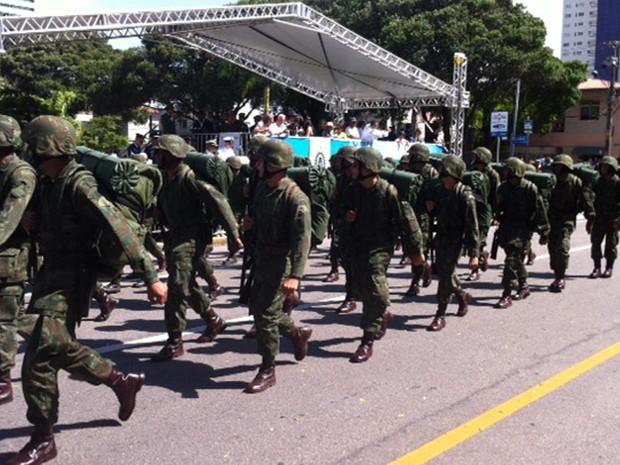 Desfile começou por volta das 8h30 (Foto: Igor Jácome/G1)