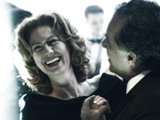 Carlos Braga (Tony Ramos) convida Angela (Patricia Pillar) para dançar (Foto: Globo / Estevam Avellar)