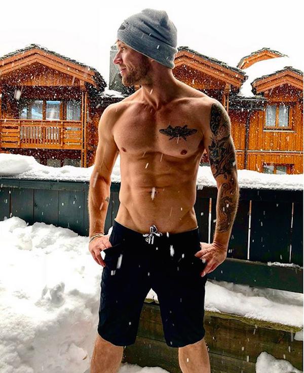 O ator Ryan Phillippe sem camisa na neve (Foto: Instagram)