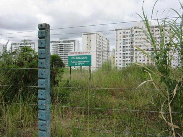 Placa onde será a futura delegacia de Polícia Civil de Águas Claras fica em terreno vazio com muito mato (Foto: Luciana Amaral/G1)