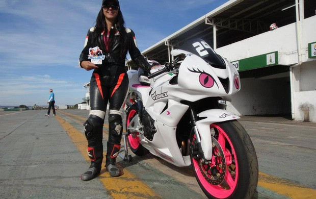 Vanessa Daya, pilota do Campeonato Brasiliense de Motovelocidade. Atual campeã da categoria Superbike com Batom (Foto: Divulgação/Facebook)