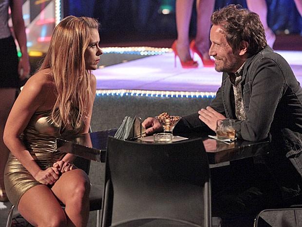 Jéssica pede ajuda a um cliente, mas ele não a entende (Foto: Salve Jorge/TV Globo)