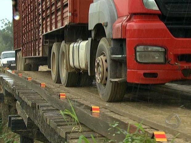 Tráfego de carretas e caminhões representa ameaça para Estrada Parque (Foto: Reprodução/TV Morena)