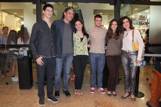 William Bonner, Fátima Bernardes e família vão ao teatro (Foto: Alex Palarea/ AgNews)