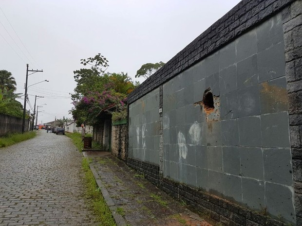 Pedra atingiram a rua de baixo de onde os imóveis foram atingidos (Foto: Deslizamento de rochas em Petropolis no dia 15 de novembro)