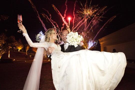 Os recém-casados sob os fogos de artifício (Foto: Marias Fotografia)